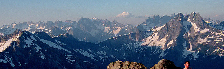Pickets Traverse, viewed from Berdeen – the traverse enters via Challenger on the left, traverses in along the front side of the lefthand peaks, crosses Picket Pass in the center, and traverses out along the back side of the righthand peaks.  (Foreground is Mystery Ridge & Despair.) (labeled)