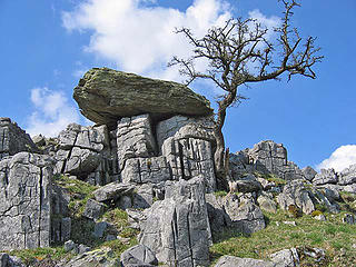 Norber erratic, UK, slate on limestone -  Ian Taylor photo (CC)