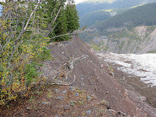 The lateral moraine is extremely steep and unstable on the inner side. This is typical of young lateral moraines.