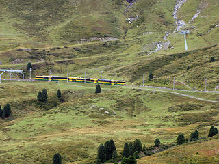train-approaching-Kleine-Scheidegg